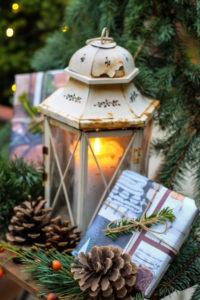 Weihnachtliches Stillleben mit alter Laterne und Geschenken - Dekoration Garten, Balkon, Terrasse