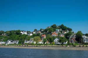 Hamburg Blankenese: Blick von der Elbe auf den Süllberg