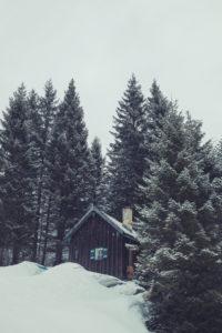 Verschneite Hütte in den Alpen
