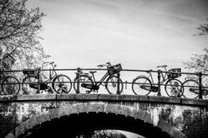 Amsterdam: Fahrräder auf einer Grachten-Brücke