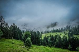 Wolkenverhangene Berge in den Alpen