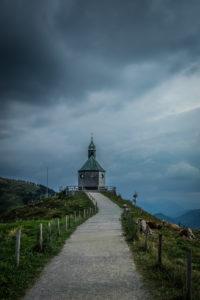 Kapelle auf dem Wallberg am Tegernsee bei heraufziehendem Gewitter