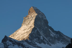 Schweiz, Wallis, Zermatt, Sonnenaufgang am Matterhorn, Sonnenlicht in der Ostwand, Schatten in der Nordwand