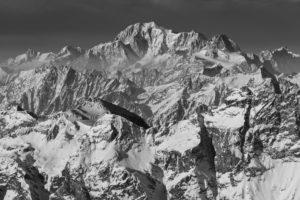 Frankreich, Haute Savoie, Chamonix, Schroffe Hochgebirgslandschaft mit Mont Blanc im Winter