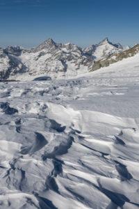 Schweiz, Wallis, Zermatt, Schneeverwehungen auf dem Gletscher des Breithornplateau mit Obergabelhorn und Zinalrothorn