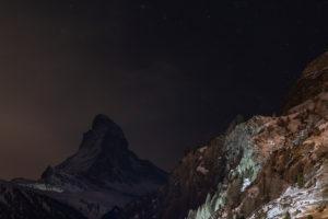 Schweiz, Wallis, Zermatt, Sterne über dem Matterhorn bei Nacht