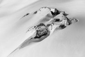 Schweiz, Graubünden, Samnaun, Felsen in tief verschneiter Winterlandschaft