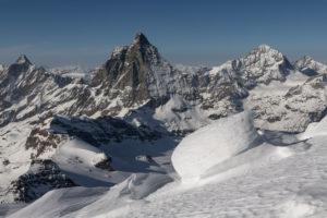 Schweiz, Wallis, Zermatt, Schneeverwehungen am Grat des Breithorn mit Dent d'Herens, Matterhorn, Dent Blanche und Grand Cornier