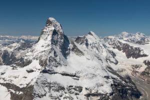 Schweiz, Kanton Wallis, Walliser Alpen, Zermatt, Matterhorn mit Furgggrat, Ostwand, Hörnligrat und Hörnlihütte, Nordwand, Matterhorngletscher, Bergschrund, Zmuttgrat, Dent d'Herens, im Hintergrund Mont Blanc und Grand Combin