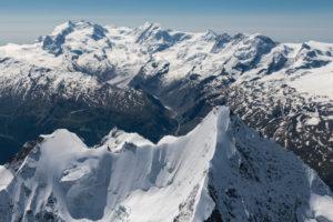 Schweiz, Kanton Wallis, Walliser Alpen, Zermatt, im Vordergrund Obergabelhorn von oben, im Hintergrund Monte Rosa, Liskamm, Castor, Pollux, Breithorn und Kleinmatterhorn