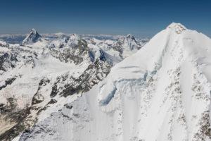 Schweiz, Kanton Wallis, Walliser Alpen, im Vordergrund Weisshorn Ostgrat, im Hintergrund Matterhorn, Dent d'Herens, Obergabelhorn, Zinalrothorn und Dent Blanche