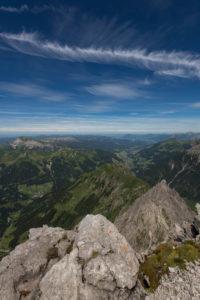 Österreich, Vorarlberg, Warth, Blick von Gipfel Großer Widderstein auf Kleinwalsertal und Allgäuer Alpen mit Ifen, Gottesacker, Walmendinger Horn, Grünten, Kanzelwand, Nebelhorn, Baad, Mittelberg, Hirschegg, Riezlern