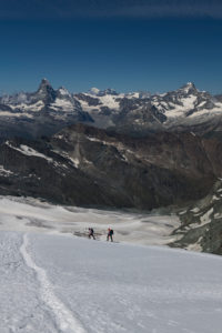 Schweiz, Kanton Wallis, Saastal, Saas-Fee, Zwei Bergsteiger beim Aufstieg zum Allalinhorn mit Matterhorn, Dent d'Herens, Mont Blanc, Grand Combin, Dent Blanche