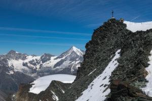 Schweiz, Kanton Wallis, Saastal, Saas-Fee, Zwei Bergsteiger bei Gipfelrast am Allalinhorn mit Zinalrothorn, Weisshorn