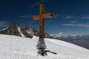 Schweiz, Kanton Wallis, Saastal, Saas-Fee, Gipfel Alphubel, Gipfelkreuz mit Mischabel, Täschhorn, Dom und Lenzspitze sowie Berner Alpen mit Aletschgletscher
