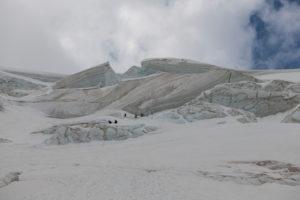 Schweiz, Kanton Wallis, Saastal, Saas-Grund, Bergsteiger beim Abstieg Weissmies, Triftgletscher Spaltenzone
