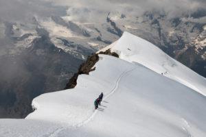 Schweiz, Kanton Wallis, Saastal, Saas-Grund, Bergsteiger beim Abstieg Weissmies Westgrat