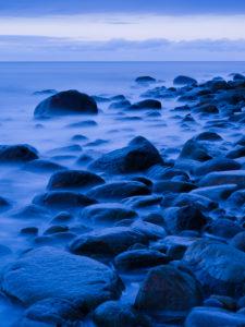 blaue Stunde an der Ostseeküste bei Lohme, Nationalpark Jasmund, Rügen, Mecklenburg-Vorpommern, Deutschland
