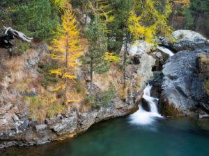 Herbstlicher Wasserfall im Morteratschtal, Graubünden, Schweiz
