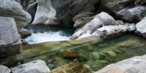 Wildfluss zwischen Felssteinen im Verzascatal, Tessin, Schweiz