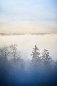 Über den Wolken auf der Sonntratn bei Gaißach in Bayern, Kühle Herbsstimmung, Tal im Nebel, Berge über den Wolken