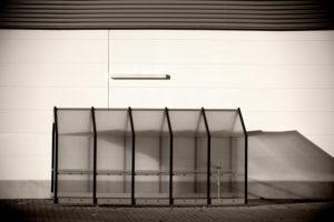 Leerer Kunststoffunterstand für Einkaufswagen an der Wand eines Einkaufszentrums,