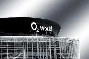 Berlin, Deutschland, die Glasfassade des O2 World Gebäudes mit Logo