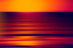 Die Unschärfe eines farbverfremdeten Sonnenunterganges an einem Strand,