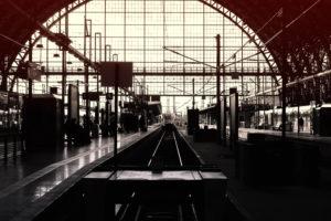 Ein ankommender Schnellzug der Deutschen Bahn im Frankfurter Hauptbahnhof,