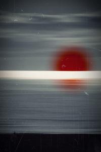Silhouette eines Joggers am Strand, abends, Sonnenreflektionen im Wasser, Unschärfe