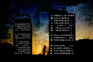Die surrealen Silhouetten von Hochhäusern am frühen Morgen in San Diego, beleuchtete Fenster,