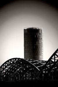 Das moderne Hochhaus Kölntriangle / LVR-Turm hinter den Brückenbögen der Hohenzollernbrücke