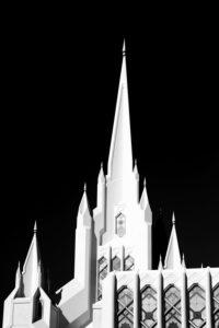 San Diego, Vereinigte Staaten, weißer Turm des San Diego California Temple / Kirche Jesu Christi der Heiligen der Letzten Tage im Gegenlicht