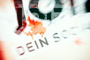 Das bunte Logo an der Fassade des Hauptsitzes des eingestellten Fernsehsenders Joiz im Stadtbezirk Friedrichshain in Berlin.