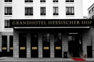 Die edle und mit Gold verzierte Eingangsfassade des Grandhotels Hessischer Hof einem 5-Sterne Luxushotel in Frankfurt,