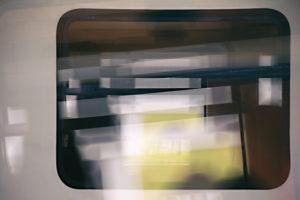 Abstrakte Silhouetten und Umrisse von Reisenden in einem Zugfenster,