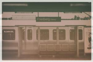 Eine Regionalbahn der Deutschen Bundesbahn steht an einem Gleis des Bahnhofes Friedberg,