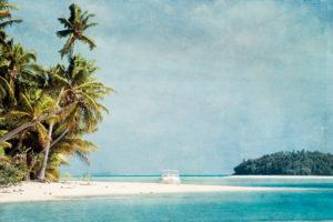 Motorboot am weißen Strand mit Meer und Palmen