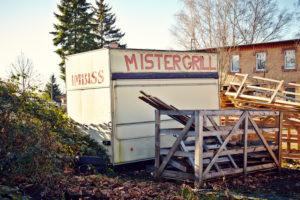 alter Imbisswagen, geschlossen, Müll, Holzreste, Sonnenschein