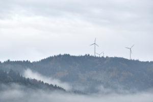 drei Windräder auf einem Berg im Schwarzwald, Wald, Regen und Nebel