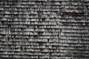 alte Schindeln, grau und verwittert an einem Holzhaus im Schwarzwald, Detail