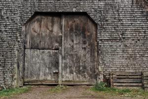 alte Schindeln und Tor, grau und verwittert an einem Holzhaus im Schwarzwald, Detail