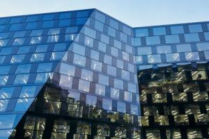 modernes Gebäude, Fassade, Glas, Metall, Fenster, beleuchtet, Himmel, Dämmerung