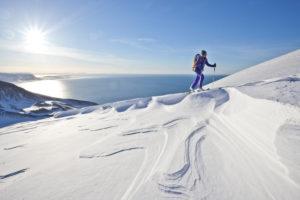 Bergsteiger bei Skitour in Akureyri, Fjord Eyjafjördur, Nordland, Island