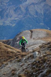Mountainbiker bei der Fahrt zur Peilspitze, Gschnitztal, Stubaier Alpen, Tirol, Österreich