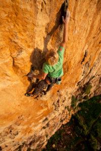 Kletterer an den Felswänden des Monte Monaco am Capo San Vito, Sizilien, Italien