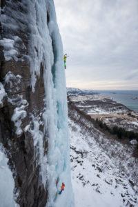 Zwei Kletterer beim Eisklettern in Bodo, Nordland, Norwegen