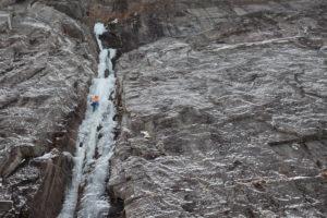 Kletterer beim Eisklettern in Bodo, Nordland, Norwegen