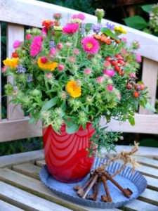 Herbstlicher Blumenstrauss mit Astern, Calendula, Zinnien und Hagebutte