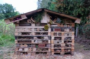 Grosses Insektenhotel aus Paletten, Lochsteinen und vielen natürlichen Materialien